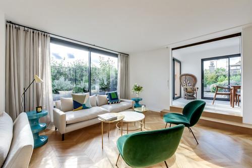 明るい茶色の床のインテリア-暗い茶色の家具・有彩色配色例64選
