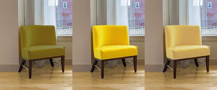 明るい茶色の床と3種類の黄色