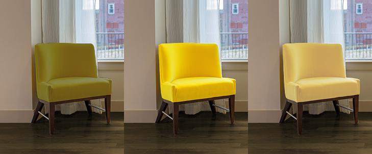 暗い茶色の床と3種類の黄色