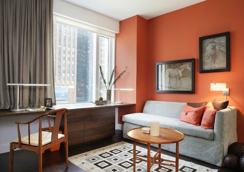 木とも合うオレンジ色のアクセントクロスのインテリア厳選30例