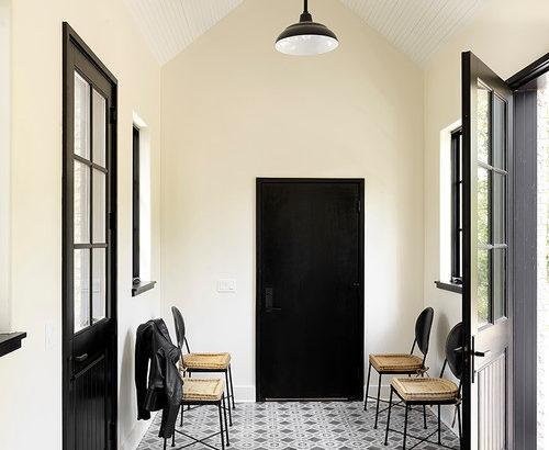 茶色の家具とも合う黄色のアクセントクロスのインテリア厳選30例