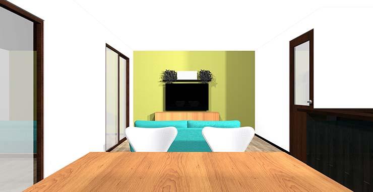黄緑のアクセントクロスと木目の家具