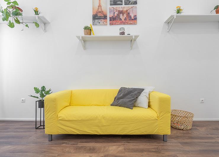 ビビッドな黄色のソファ