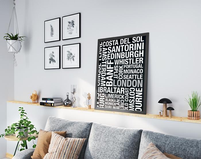 ソファとモノクロアルファベットポスター