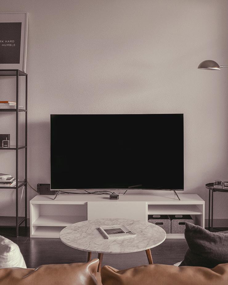 液晶テレビとソファ