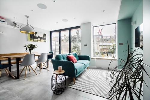 グレーの床と14種類の色の壁紙クロスコーディネート実例60選