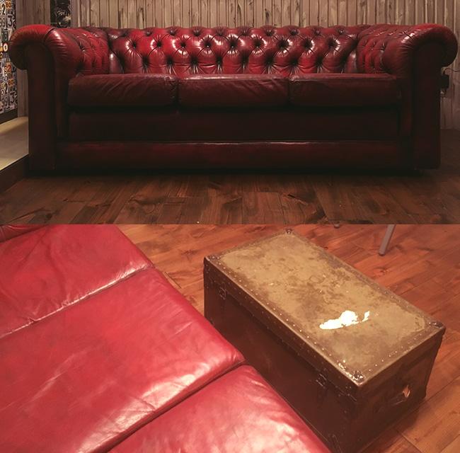 チェスターフィールドソファとトランクテーブル