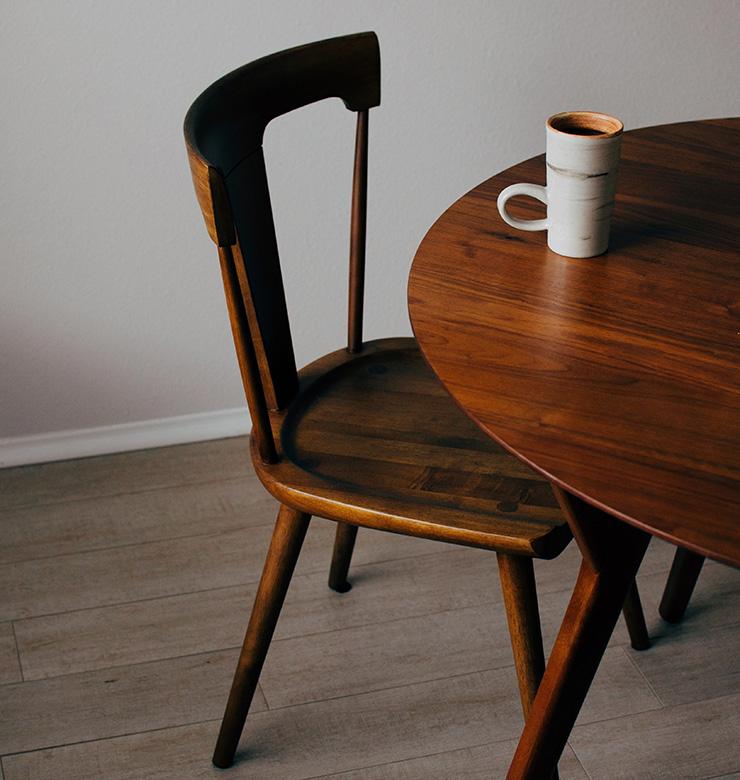 茶色の木目のテーブルと椅子