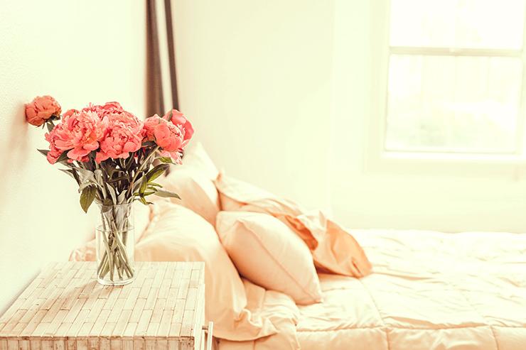 淡いピンクでコーディネートしたベッド