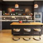 黒のキッチン-4種類の床色×4つのスタイル別インテリア例64選