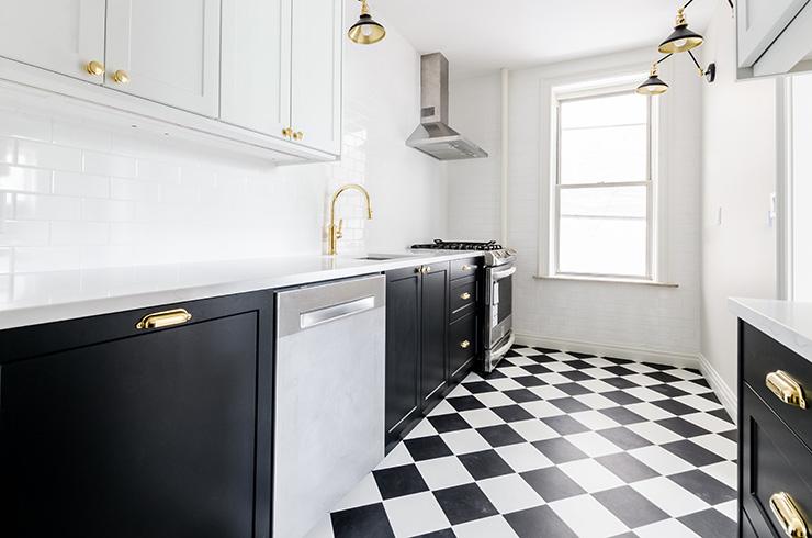 黒のキッチンとホワイト×黒のタイル床