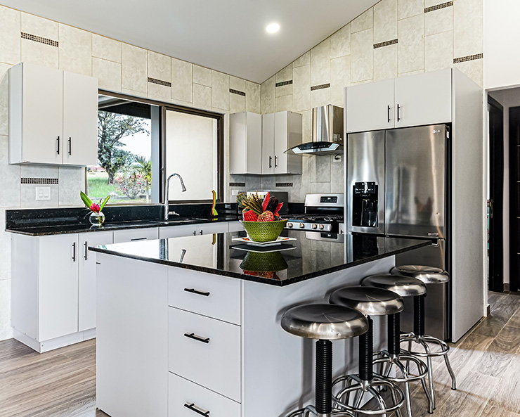 ホワイトのシンプル扉のキッチン