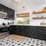 個性的なタイル床のキッチンインテリア3つのスタイル&45実例