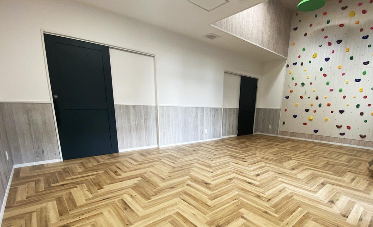 サンゲツのフロアタイルを腰壁として活用した部屋