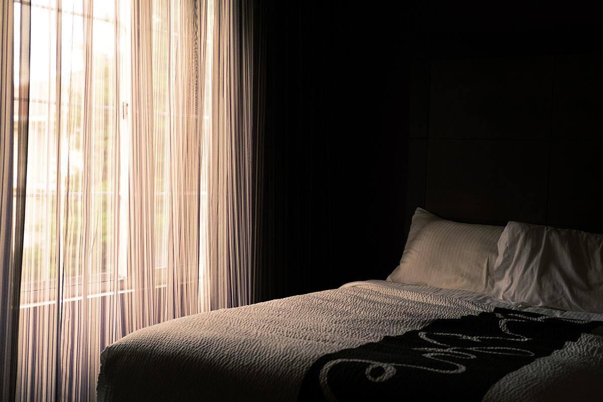 暗い色でまとめた寝室