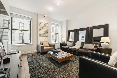 ナチュラル床とダークブラウンの家具のインテリア実例40選