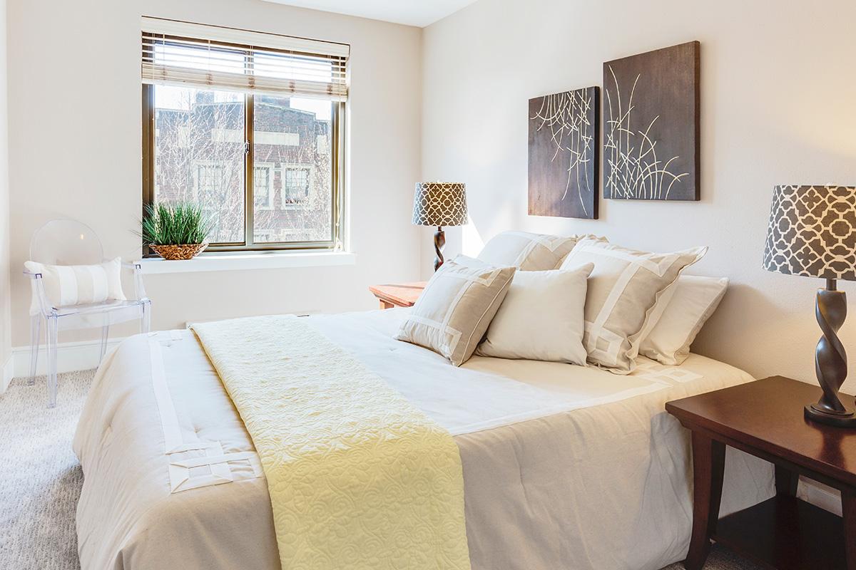 6個の枕を乗せたベッド