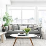 窓の前にソファを!レイアウトのヒントになるリビング実例40選