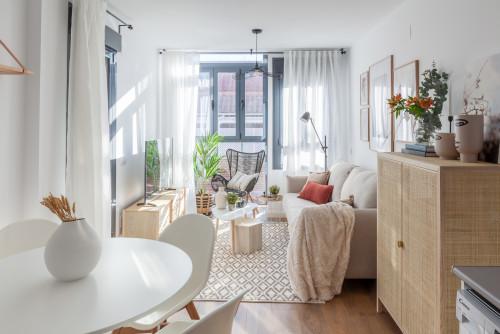 狭いリビングを広く見せる配色&家具配置のコツ&厳選42例