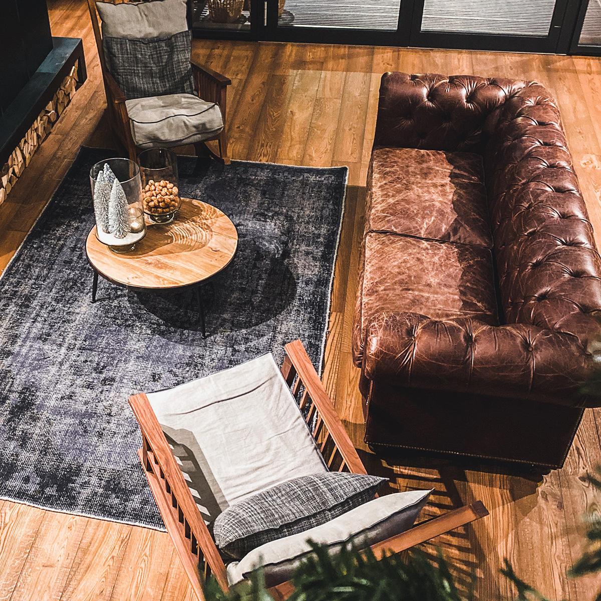ヴィンテージなソファがあるリビング