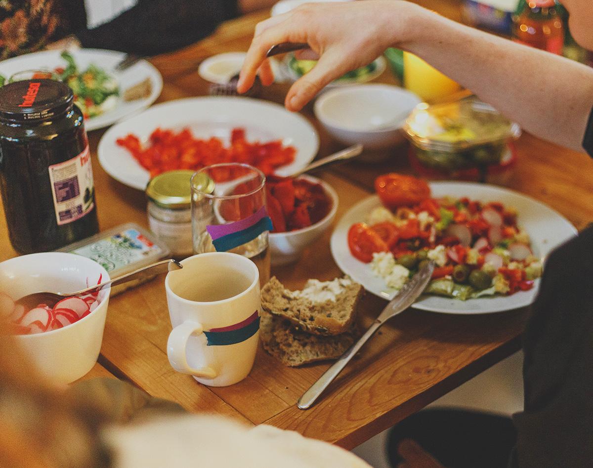 テーブルを囲って食事