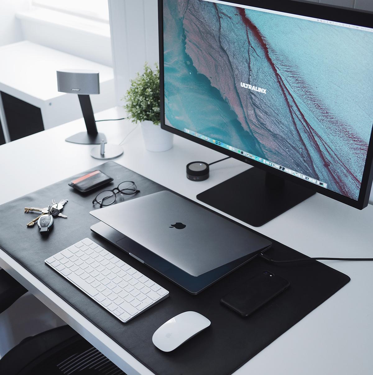 DELLのデスクトップとMacのノートパソコンを前後にレイアウト