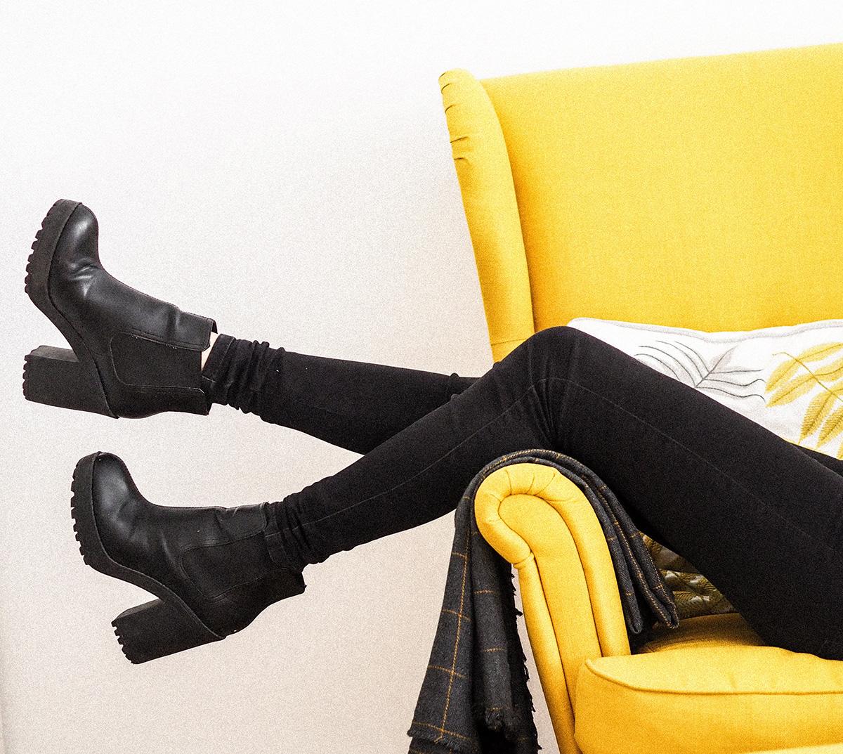 イエローソファと黒パンツ&ブーツの人