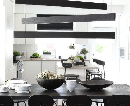 黒の木目を効果的に使ったインテリア実例-ドア・家具・壁を黒木目調に