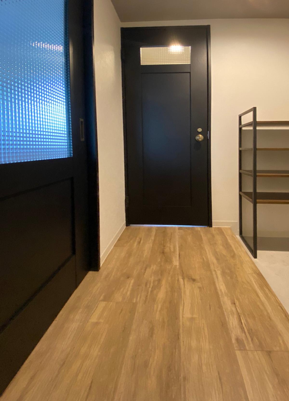 Panasonicのベリティス クラフトレーベル ブラックオーク柄のドアを2箇所コーディネートした玄関ホール