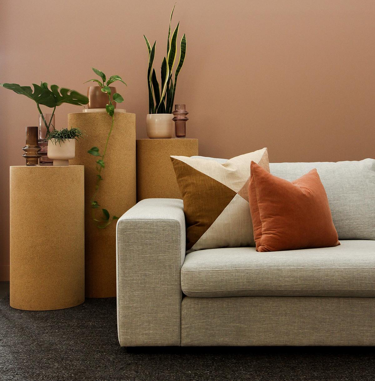 グレーのソファと暖色のコーディネート